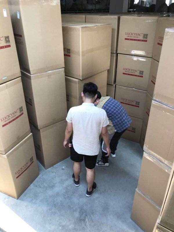 一箱箱一排排打包好的懒沙发准装待发